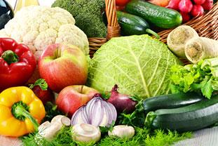 Ernährung als Risikofaktor für Allergien Bild: Gemüse und Obst (Äpfel, Paprika, Zucchini Blumenkoch, Pilze, Zwiebeln...) vor und in einem geflochtenen Korb.,