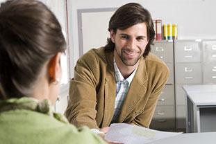 Mann erhält Unterlagen zu klinischer Studie von einer Frau - © Westend61/ Fotolia