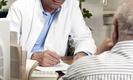 Gespräch zwischen Arzt und Studienteilnehmer - nformation zu einer klinischen Studie