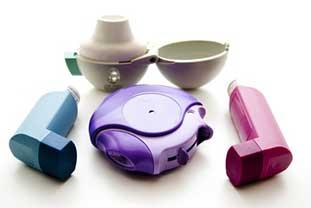 Foto von vier verschiedenen Inhalern zur Asthma-Therapie