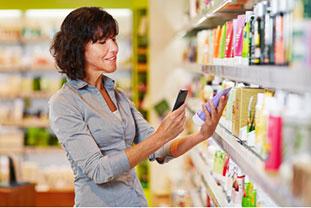 Kontaktallergie - Frau fotografiert mit dem Handy Inhaltsangaben eines Duschgels ab