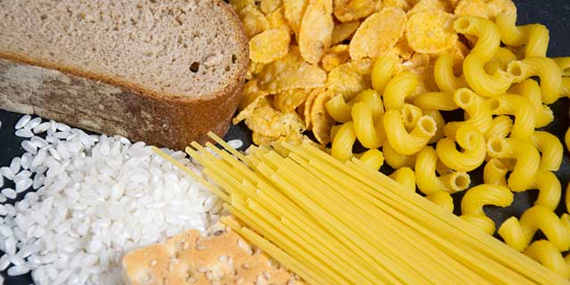 Zeigt gluten-haltige Nahrungsmittel, wie Brot, Nudeln, Spaghetti, Fladenbrot und Reis