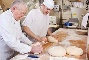 Bäcker kneten Teig - Risikogruppe für berufsbedingte Allergien