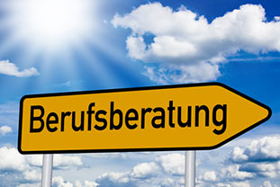 """Gelber Wegweiser mit Schriftzug """"Berufsberatung"""""""