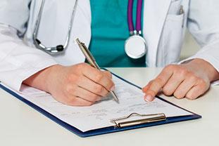 Arzt füllt ein Formular aus