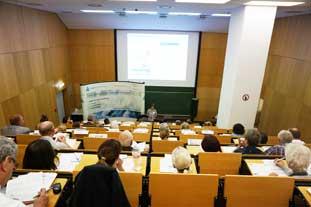Uli Koller vom Allergieinformationsdienst begrüßt die Teilnehmenden