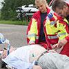 Bei einem Rettungseinsatz nach anaphylaktischem Schock beugen sich Rettungskräfte über einen Bewusstlosen © Fotolia/Benjamin Nolte/Noltemedia