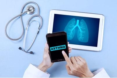 Symbolbild mit Stethoskop, Tablet mit Lungenbild und Handy