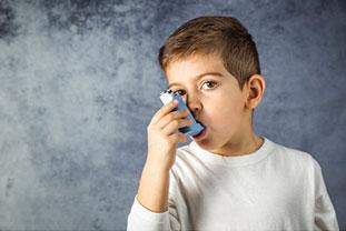 Junge inhaliert ein Medikament