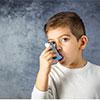kleiner Junge inhaliert Medikament