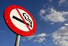 Schild mit durchgestrichenem Raucherzeichen - © fotolia