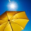 Ein Sonnenschirm schützt vor starker UV-Strahlung