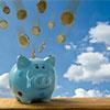 Sparschweinchen, in das Geldmünzen hineinfallen