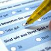 Fragebogen, in dem mit Stift Kreuzchen gesetzt werden