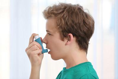 Junge benutzt Inhaliergerät: Selbständige Eigenbehandlung einer chronischen Atemwegserkrankung - © Africa Studio/fotolia