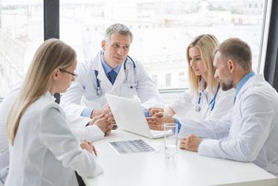 Team aus Ärzten: Eine gute Informationsweitergabe ist wichtig für die Transition