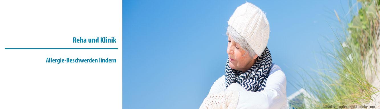 Ältere Dame genießt Sonne am Strand - ©hailey_copter - stock.adobe.com