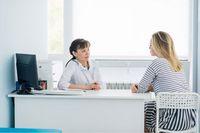 Ärztin in Gespräch mit Patientin