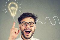 Mann mit erhobenen Zeigefinger und Glühbirne als Symbol für eine gute Idee - ©pathdoc - stock.adobe.com