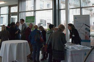 Teilnehmerinnen und Teilnehmer des Patientenforums Allergie 2018 in München an den Informationsständen
