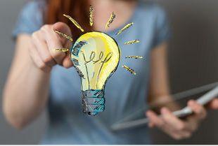 Symbolbild Online-Umfrage: Frau im Hintergrund, im Vordergrund eine gezeichnete Glühbirne