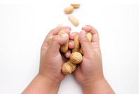 Erdnüsse in Kinderhänden - ©Tanawut - stock.adobe.com