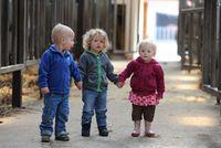 Drei Kinder auf einem Bauernhof