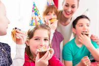 Kinder essen zusammen beim Geburtstag - ©Kzenon - stock.adobe.com
