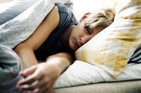 Männlicher Jugendlicher schläft