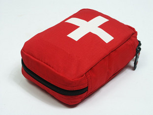 Rote Tasche mit weißem Kreuz zur Darstellung eines Notfallsets bei Anaphylaxie