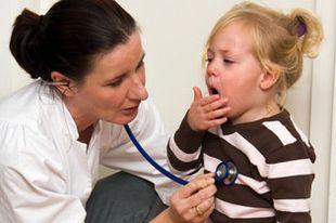 Ärztin hört die Lunge eines kleinen Mädchens ab, das hustet