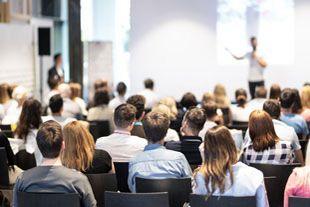 Symbolbild - Menschen bei einem Vortrag