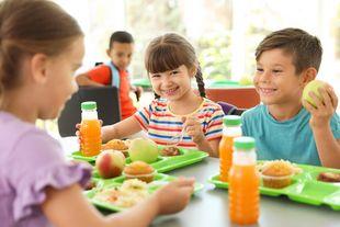 Kinder essen in der Schulmensa©New Africa - stock.adobe.com